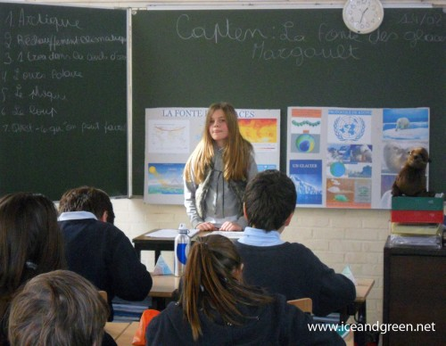 """Margault présente aux élèves du Berlaymont son projet """"La fonte des glaces en Arctique"""""""