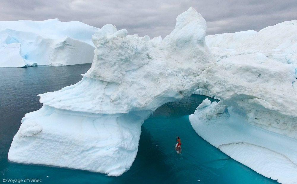 Iceberg, coq, kayak, Guirec-et-monique, voyagedyvinec, tour du monde, poule, une poule en arctique, voile en arctique, groenland, arctic05 news, upernavik, france, voile polaire